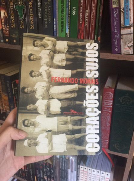 Livro Corações Sujos pela editora Companhia das Letras no estúdio do Café com Leitura