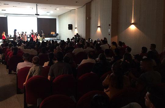 O recital contou com muitos pais que estavam ansiosos para ver seus filhos tocarem