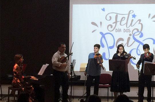 Professora Queila (Piano) e professor Márcio (violinos - primeiro à esquerda).